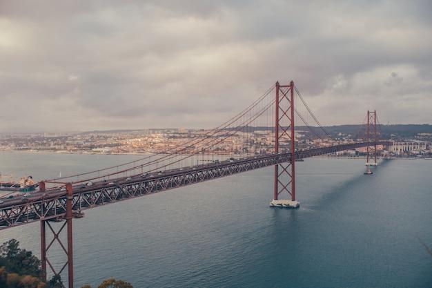 Мост лиссабона посреди реки