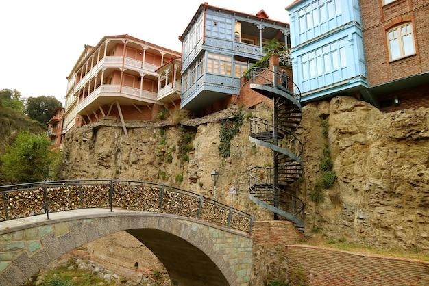 Мост влюбленных, заполненный замками и традиционные грузинские здания старый тбилиси, грузия