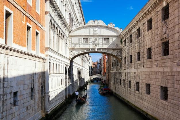 イタリア、ヴェネツィアのため息橋とゴンドラ
