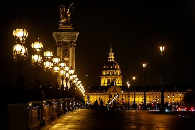 フランス、パリの雨の秋の日にアレクサンドル3世の橋。