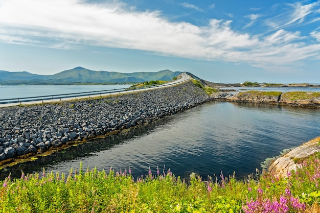 大西洋道路の海辺の山の風景に架かる橋