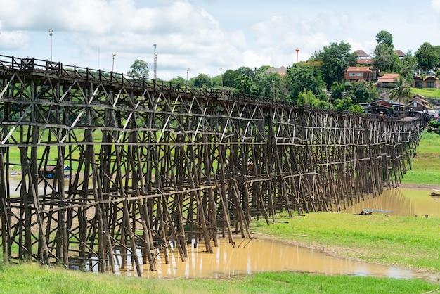 カンチャナブリ、タイで美しい日に橋