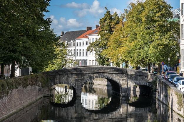 벨기에 브뤼헤 웨스트 플랑드르의 운하를 가로지르는 다리