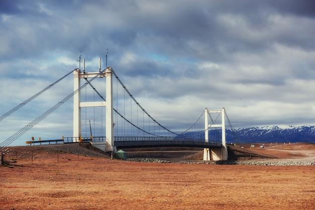 ヨークルサルロンラグーンを結ぶ水路に架かる橋
