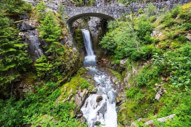 Мост через водопад в национальном парке маунт-рейнир, вашингтон, сша