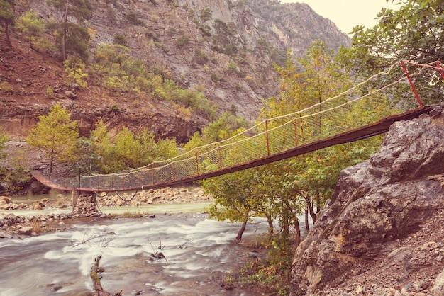 秋の山々、トルコの川に架かる橋