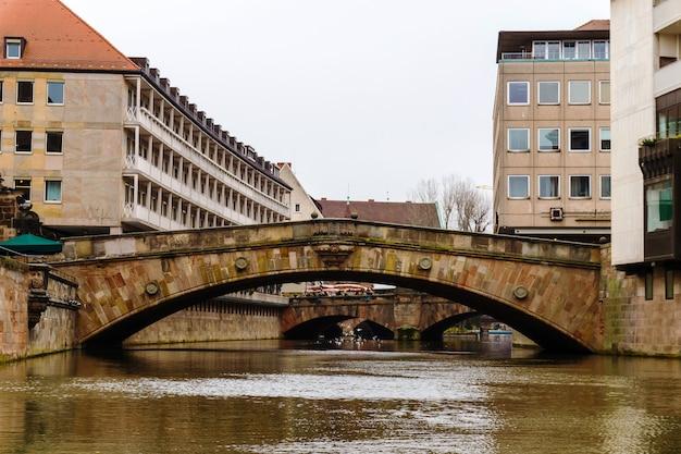 Мост через реку пегниц в старом баварском городе нюрнберг, средняя франкония, нюрнберг, германия