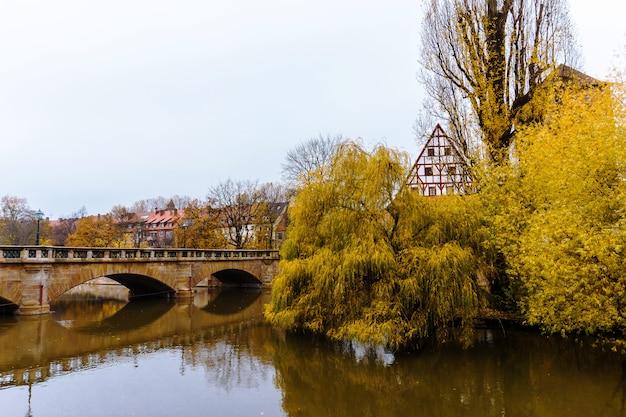 Мост через реку пегниц с отражением в воде в старом баварском городе нюрнберге германии, нюрнберг средней франконии.