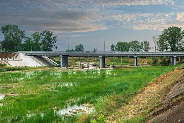 アビンスク市のアビン川に架かる橋