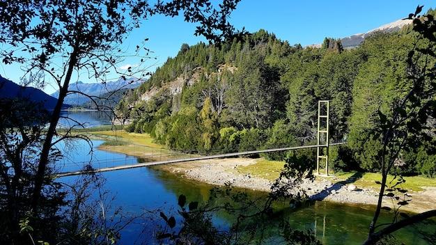 아르헨티나 파타고니아의 숲 한가운데 있는 호수 위의 다리.