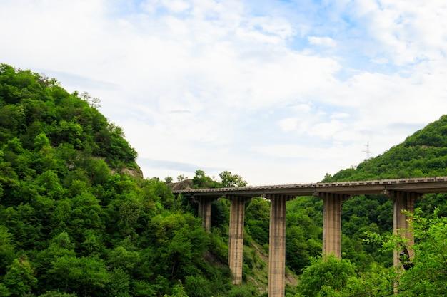 ジョージア州アナヌリ要塞近くの山々の絶壁に架かる橋