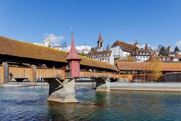 Мост через реку ройс в швейцарском городе люцерн