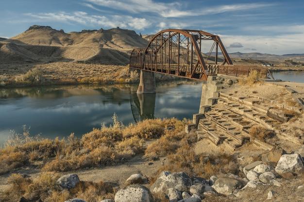 山と青空の真ん中に川に架かる橋