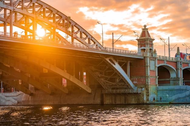 Мост через реку в лучах заката в москве