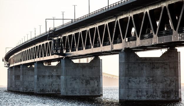 日光の下で海に架かる橋