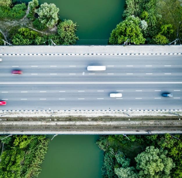 高台から見た川に架かる橋道