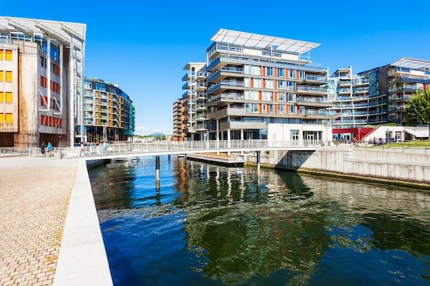 Aker brygge에서 운하를 통과하는 다리. 노르웨이 오슬로에있는 동네입니다.