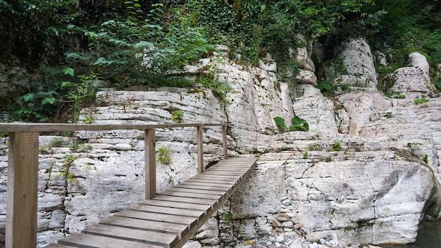 白人の峡谷悪魔の門、ホスタ川を渡る橋