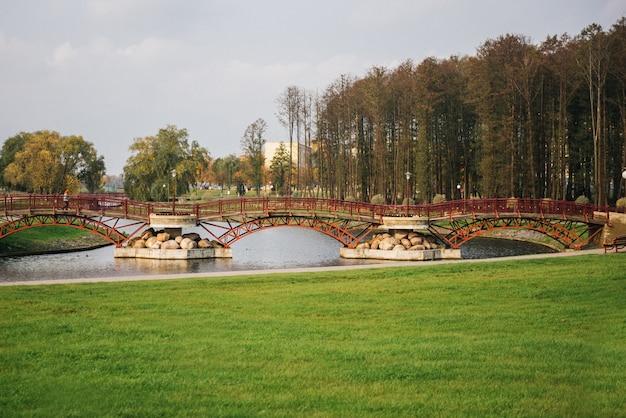 Мосты через реку в осеннем парке