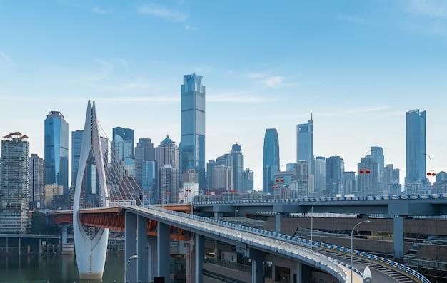 中国、重慶の橋、高速道路、都市のスカイライン