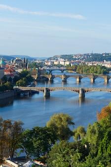 Мосты праги через реку влтава в летний день, чешская республика