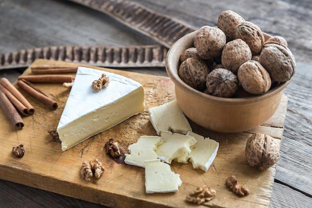 Сыр бри с орехами