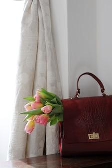 Портфель с розовыми тюльпанами