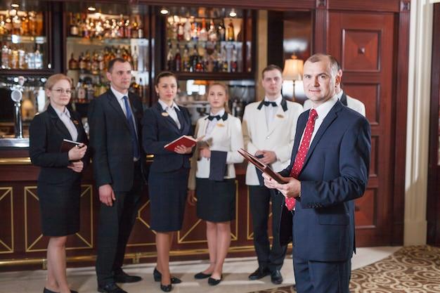 ホテルやレストランで説明会のスタッフ。
