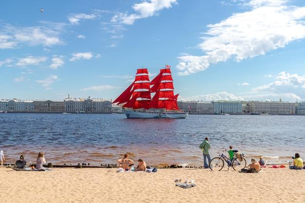 ロシアの学校の卒業生の年末年始のネヴァリハーサルの水域で緋色の帆を持ったブリッグサンクトペテルブルクロシア2021年6月2日