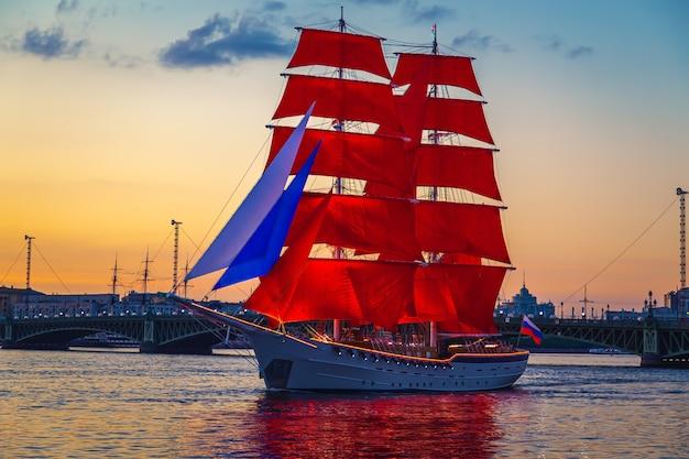 Бриг с алыми парусами в водах невы. репетиция выпускного вечера. россия, санкт-петербург