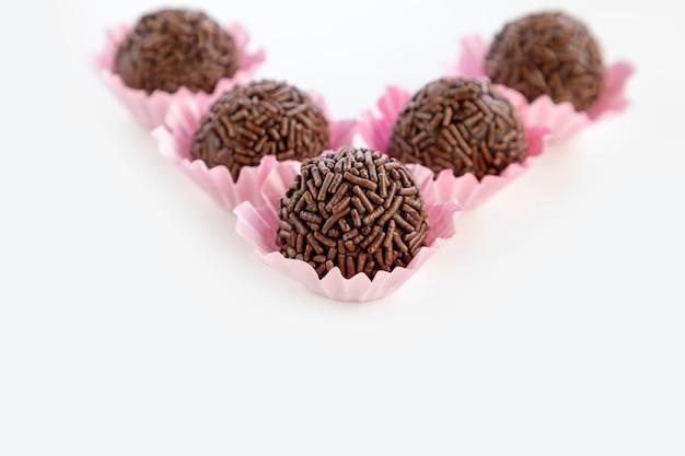 Brigadeiro는 브라질 초콜릿 캔디입니다. 초콜릿 뿌리로 덮인 준장. 텍스트를 위한 공간