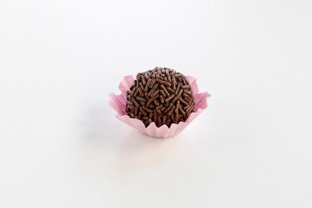 Brigadeiro는 브라질 초콜릿 캔디입니다. 준장은 흰색 배경에 고립입니다.