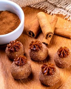 Бригадейро. традиционные бразильские шоколадные конфеты.