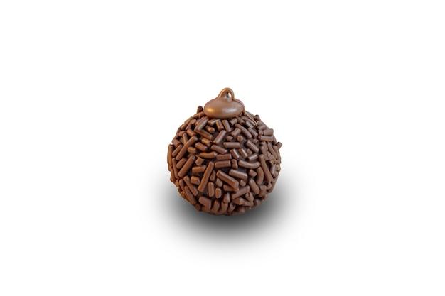 白い背景の上のブリガデイロ伝統的なブラジルの甘い