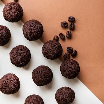 二重の背景でコーヒー豆と自家製のbrigadeiro