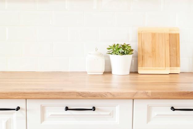 白いキャビネットが付いている明るくきれいなキッチン