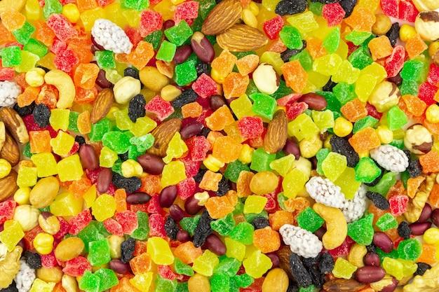 ナッツのクローズアップと明るくカラフルな砂糖漬けの果物