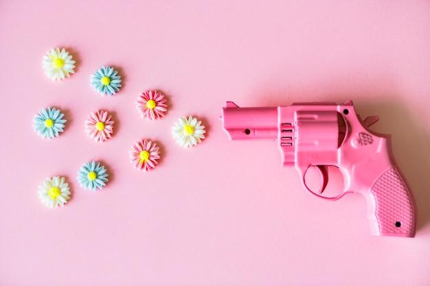 明るくカラフルなプラスチック製のおもちゃの銃