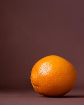 明るくておいしいオレンジnn快適なテラコッタの壁は健康のための果物と野菜があります