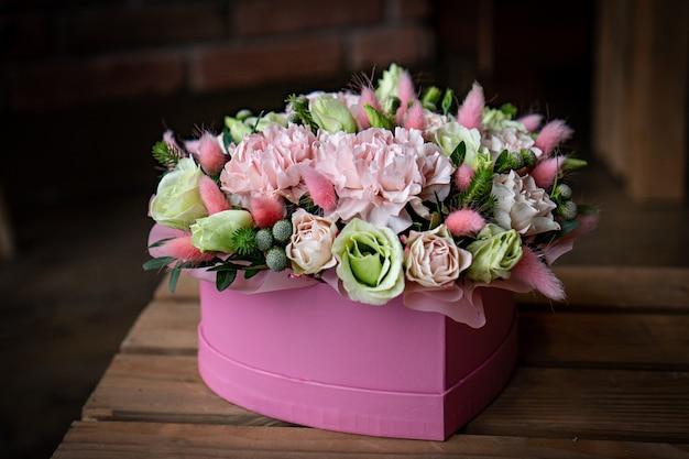 バレンタインデーのための素敵な赤い花の明るくゴージャスな花の花の花束。写真を閉じる