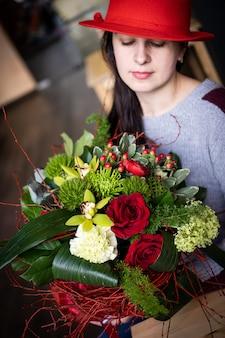 발렌타인 데이를위한 사랑스러운 붉은 꽃의 밝고 화려한 꽃 꽃 꽃다발