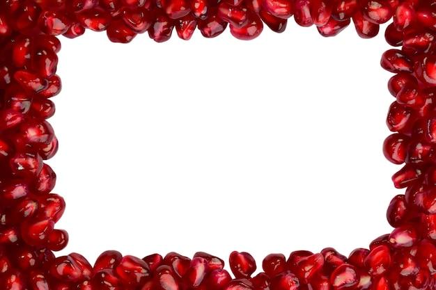 밝고 육즙이 많은 석류 씨앗이 주변에 퍼져 있습니다. 중앙에는 비어 있습니다.