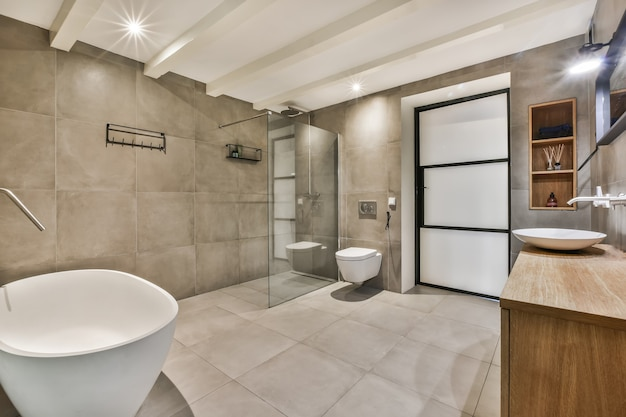 Яркая и стильная ванная комната с роскошной ванной