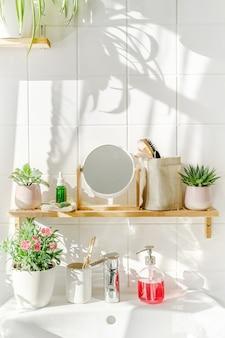 친환경적인 스타일의 밝고 흰색 현대적인 욕실