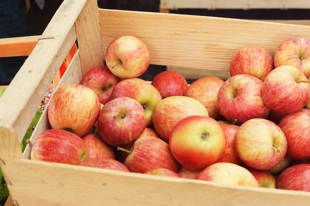 市場の明るいリンゴ