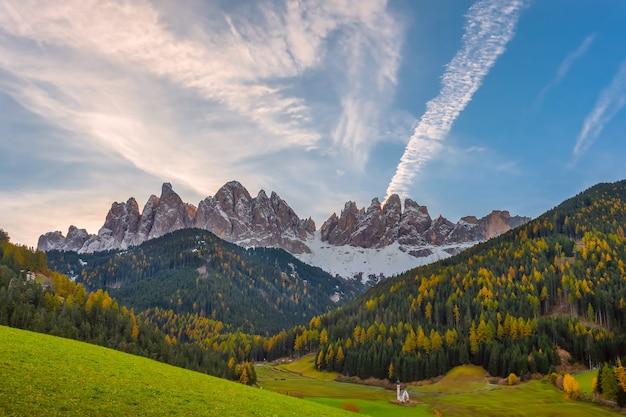 黄色の木々と雪に覆われた山頂、風景と山の明るい秋