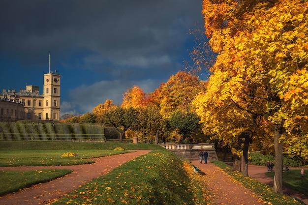 都市公園のある明るい秋の風景。ガッチナ。ロシア。