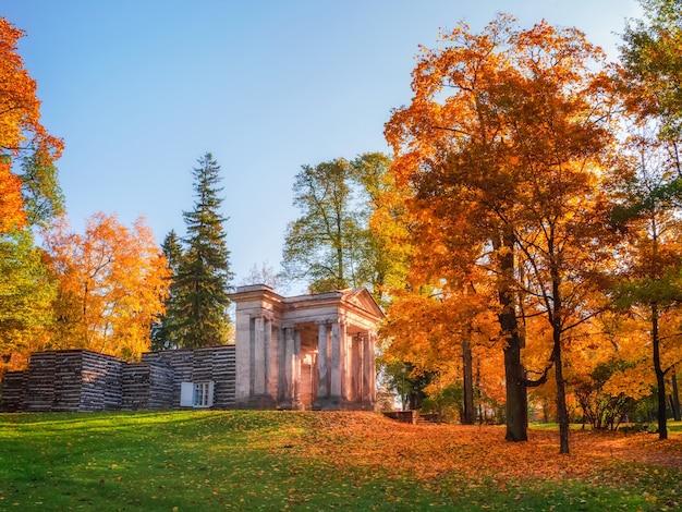 Birch house와 the mask portal이 있는 밝은 가을 풍경 inthe state museum reserve gatchina.