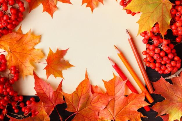 明るい紅葉とテキスト。一般的な秋の背景、販売バナー、結婚式の招待状に最適または日付テンプレート、季節のグリーティングカードを保存