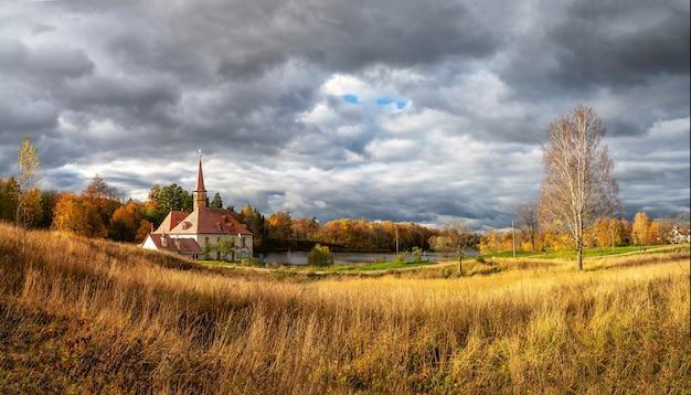 Яркая осенняя панорама, солнечный пейзаж со старинным дворцом. гатчина, россия.